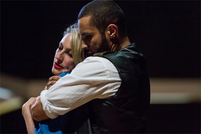Othello (Disiz) avec Desdémone (Alexandra Fournier)